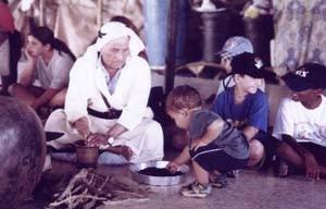 Die muslimischen Kinder aus Rahat lernen in Neve Hanna jüdische Bräuche kennen. Umgekehrt werden die Kinder aus Neve Hanna in Rahat mit den beduinischen und muslimischen Traditionen vertraut. Ganz selbstverständlich lädt man sich auch gegenseitig zu den Festen ein. Die so entstehende Vertrautheit überwindet Vorurteile und die Angst vor dem Fremden und schafft Verständnis für die Situation der jeweils anderen Gruppe.